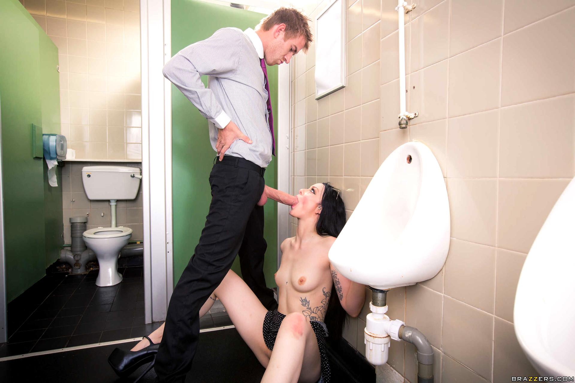 Муж жена туалет порно смотреть