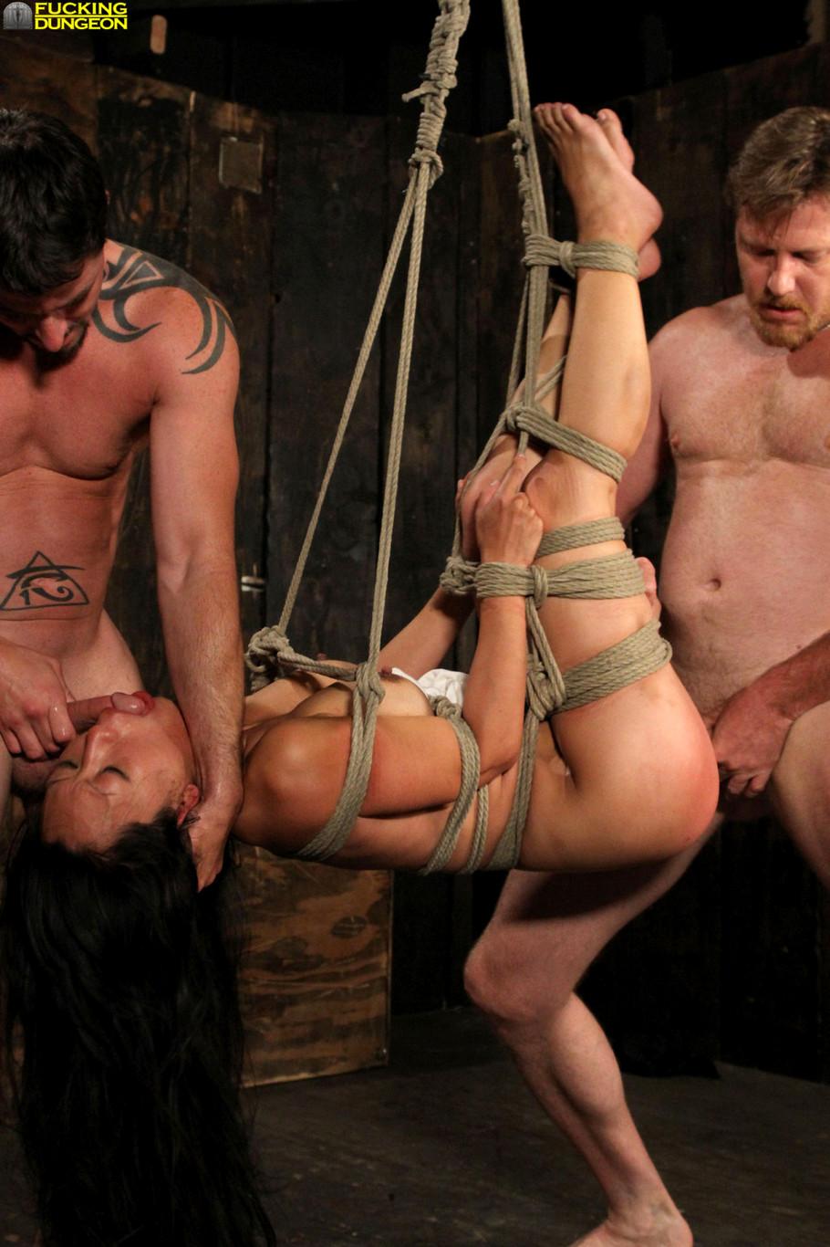 Подвесили на веревке порно