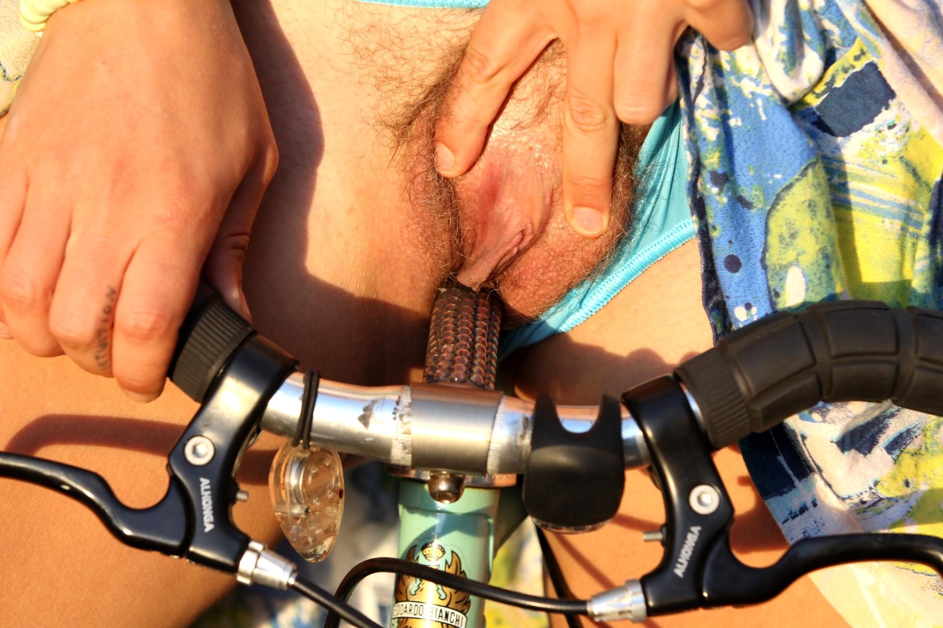 Суку выебали велосипедным самотыком, дамские пилотки видео
