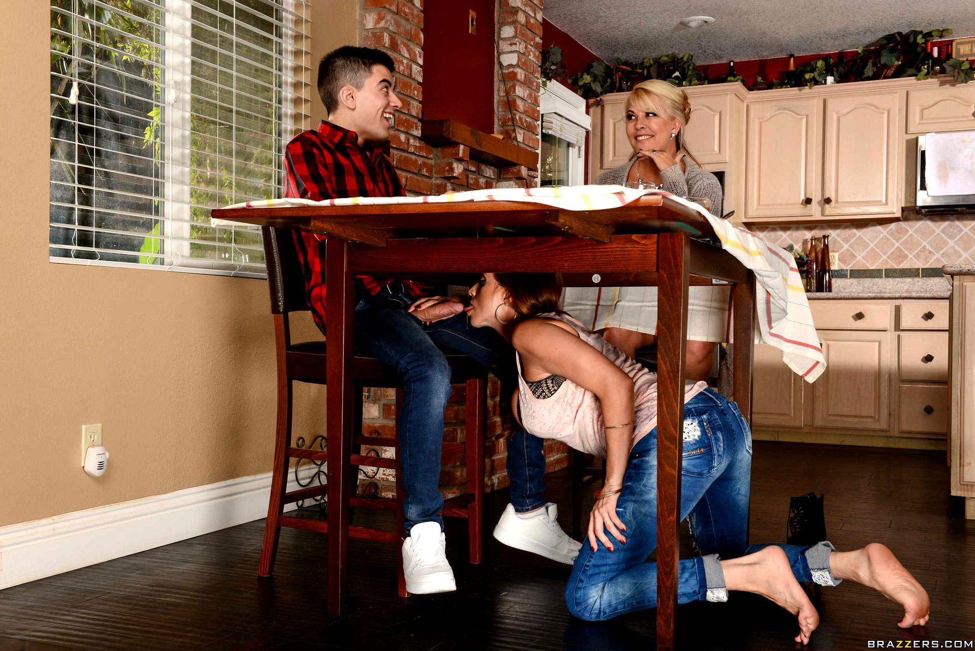 Сосет под столом пока что, Минет под столом » Порно мамочки онлайн Full HD 1 фотография