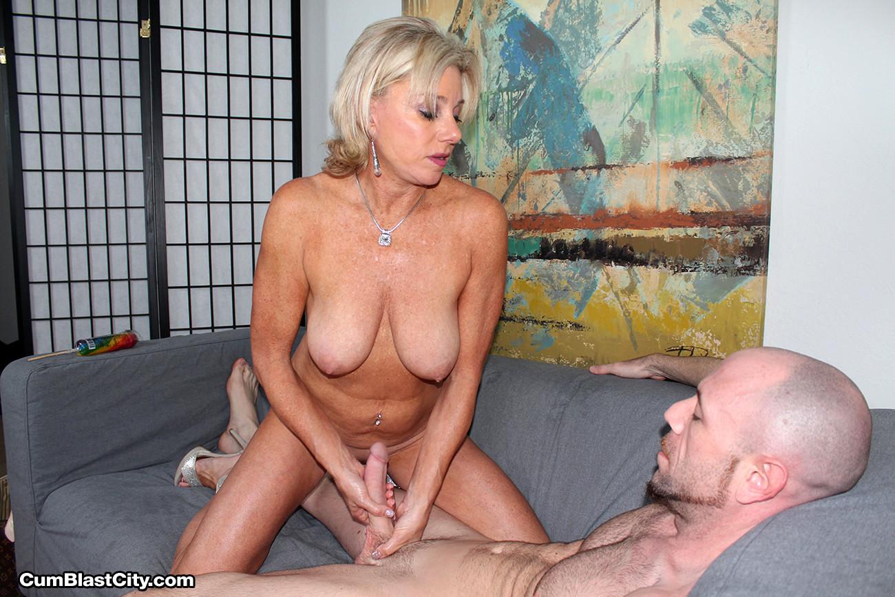 Сексуальные смотреть секс старая мамка дрочит руками уралмаш