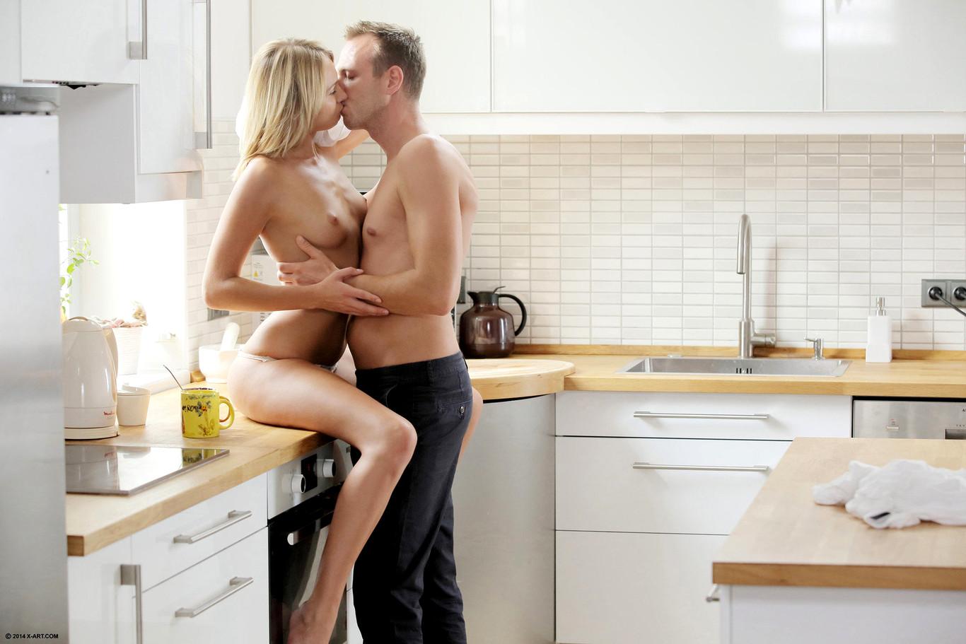 младенцам, весело на кухне порно наслаждаются
